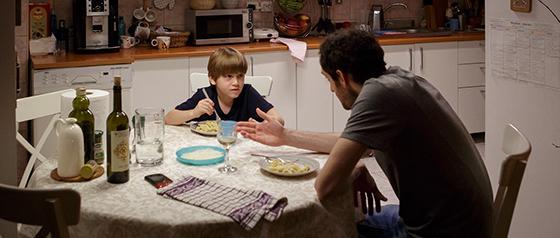 Cristian Ilinca (Matei) și Tudor Istodor (Radu) în nelipsita și indispensabila scenă din bucătărie
